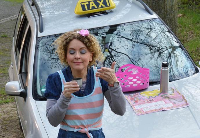Taxifahrerin Isabelle (Viola Kuch) genehmigt sich ein Pause. Foto: Rainer Galke