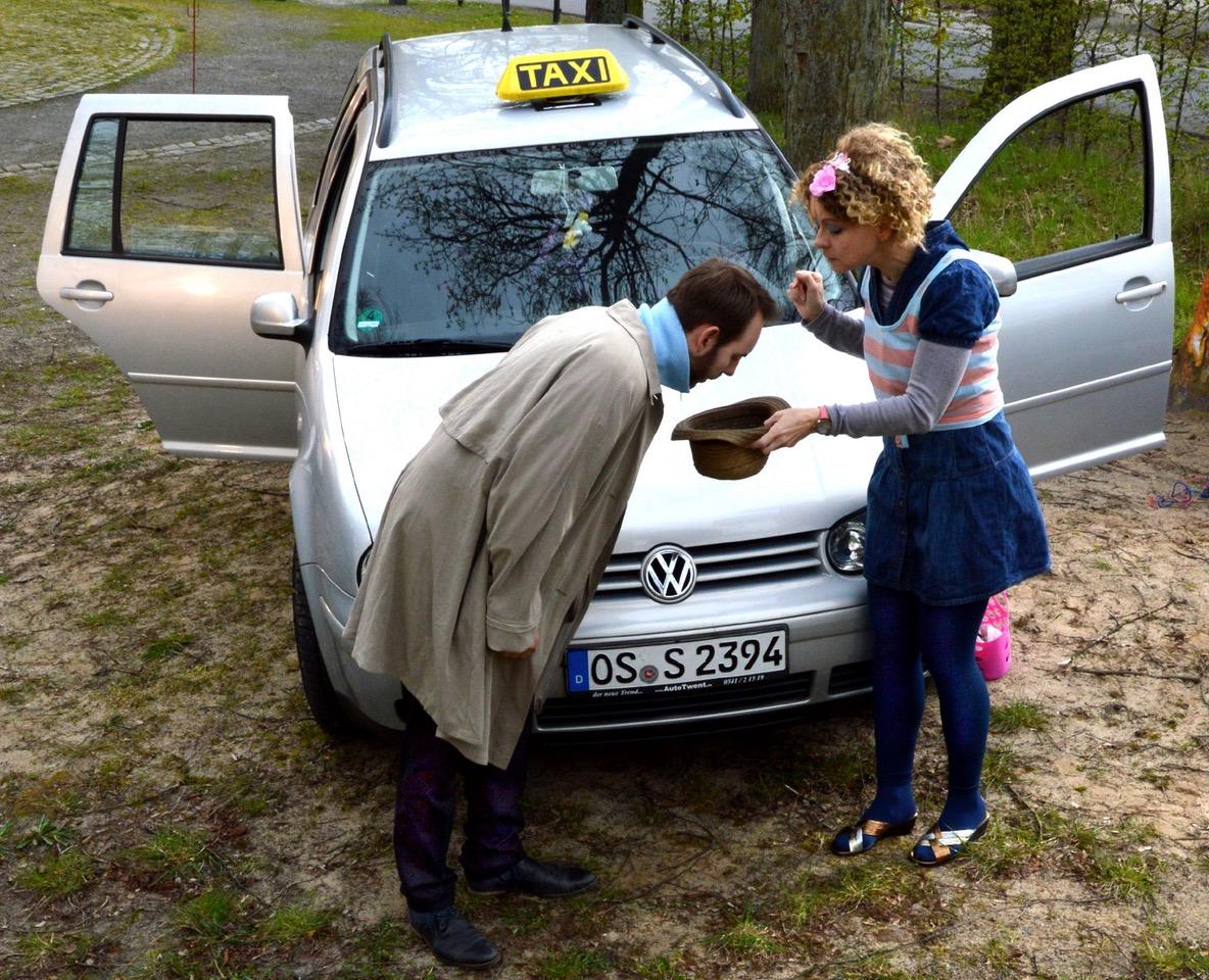 Taxifahrerin Isabelle (Viola Kuch) und ihr Fahrgast (Michael Przewodnik) Foto: Rainer Galke